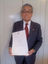 26 Mr Tadashi Inoue holding his UCI Merit and showing his UCI pin 2013