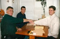 Nico-Does-1998-Webco-Mentos-signing-contract-Michael-Prokop-with-Albert-Knill-Waalre
